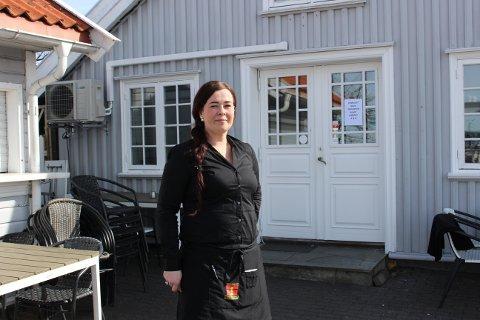 Gertrud Ottl har flytta SydVesten i Helgeroa over gata, dit Kristinus Bergman-restauranten holdt til før. Nå er det Gertrud som er sjefen i egen restaurant, slik aom pappa Herbert har vært i SydVesten i 35 år.