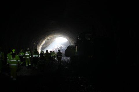 Slik ser tunnelåpningen ut fra innsiden i den nye Kjørholttunnelen sørover - ut mot Breviksstrømmen.
