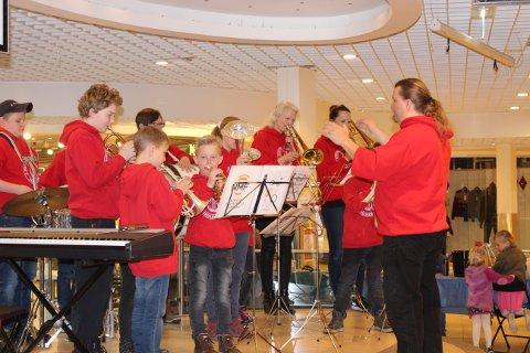 Rønholt og Rugtvedt skolekorps spilte tre korte konserter på Brotorvet lørdag.