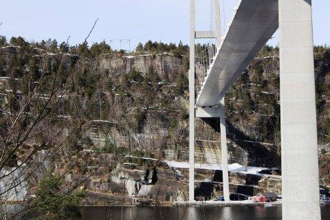 Her ved siden av eksisterende Grenlandsbrua kommer den nye tunnelåpningen.