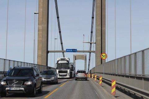 Det er mye tungtrafikk over Breviksbrua som omkjøringsvei. Brua har fortau.