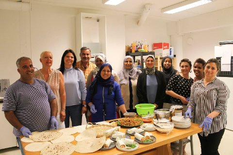 Fra venstre: Mohammed, Tone Evensen (Røde Kors), Mari Falch-Pedersen (NAV), Tahir, Fatima, Raho, Alja, Saido, Manar, Tirhas og Mariam.