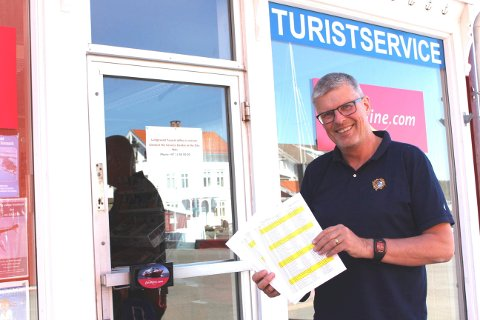 Petter Jørgensen har laget vaktplanen for Langesund Turistservice i sommer. Han har opplevd enorm respons fra frivillige som vil bemanne turistservicen, det er sosiale folk som liker å hjelpe.