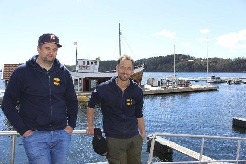 EGEN VIRKSOMHET:  Per Henrik Andersen t.v. og Bernt Espen Andersen driver Visit Valle i privat regi. Nå er sesongen i gang med å gjøre alt av brygger og bygninger i vedlikeholdt stand til å ta imot hyttefolket og båfolket til marina, butikker, isbar og restaurant.