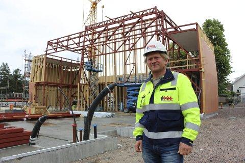 Reises opp: Porselenskirken begynner å ta form. Prosjektleder Steinar Dale i Tor Entreprenør sier det er et spennende prosjekt. – Det kommer til å bli et veldig fint bygg, sier han.