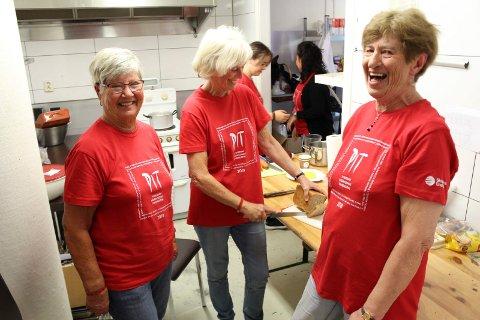 Fra venstre: Sigrun Larsen, Gudrund Sandsmark og Vivian Odberg lager mat til alle som jobber teaterfestivalen i Porsgrunn. Damene sier det er sosialt og koselig arbeid.