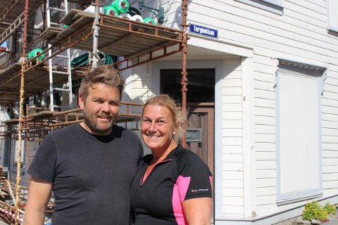 De er ikke skuggredde, Erik Haug og Amalie Ree, nå har de kjøpt seg hus nummer to i Brevik og er i full gang med restaureringen.