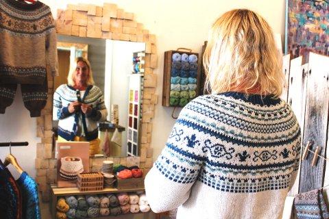 Sommerkofta er en ny variant av Brevikskofta som Amalie Ree har designet. Garn og oppskrifter til kofter og gensere og tilbehør har Amalie nå laget butikken Tømmerstrikk til.