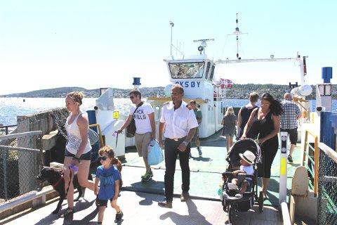 Her kommer ferga Oksøy i land på Sandøya med masse folk ombord. Skpper Arne Kvalmo passer på at det ikke er flere enn 97 passasjerer ombord på hver angang, det er antallet som ferga er sertifisert for.