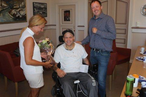 Janicke Andreassen og Robin Kåss inviterte Kim Edvardsen på kaffe og kake i rådhuset. De er imponerte over måten Kim har snudd livet sitt på.