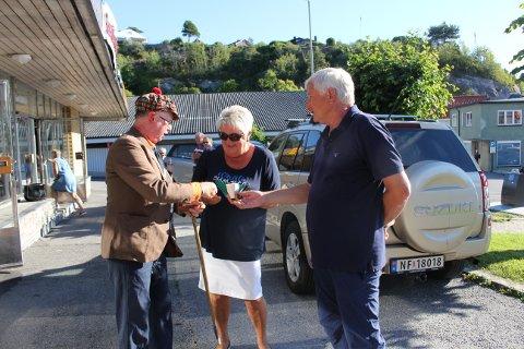 Pilten gir to kroner i subsidier til billettkjøp til Marianne og Tormod Semb som har kommet helt fra Langesund på morrakvisten for å kjøpe billetter til Breviksrevyen i oktober.