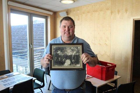 Stein Haugland har funnet fram flere gamle fotografier tatt av Brevik Musikkorps. Her viser han fram det eldste bildet som Brevik Musikkorps har i sin samling, tatt i 1922.