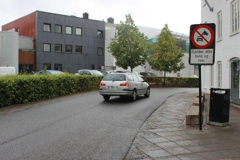 Bilisten kjører ulovlig i Ferjegata, men slapp unna reaksjon fra UP onsdag ettermiddag.