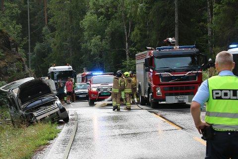 En kvinnelig bilfører er fraktet til sykehus etter å ha kjørt i fjellveggen langs Herreveien.