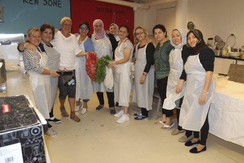 Disse damene lager maten til 350 gjester på Eid Mubarak-fest på Ælvespeilet på lørdag