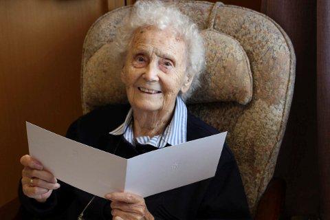 JUBILANT: Elisabeth Lie-Hagen har fått gratulasjonsbrev fra Kong Harald til 100 års dagen fredag 14. september. Fredag får hun besøk av ordfører Robin Kåss ved Brevik sykehjem der hun bor.