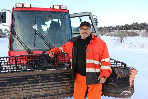 AKKURAT NOK SNØ: Jan Petter Stoa kjørte opp skiløype på Flåttenjordet torsdag. Han forteller at det var akkurat nok snø til å gjøre det. Kåss sier det er meldt kalt vær og at løypene vil holde lenge framover.