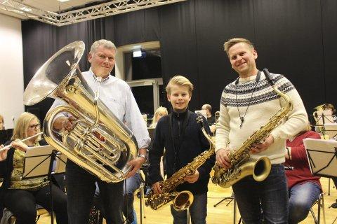 TRE GENERASJONER: Arnfinn Waag, barnebarnet Joel Waag og sønnen Anders Waag spiller alle i Stathelle Musikkorps i jubileumsåret.