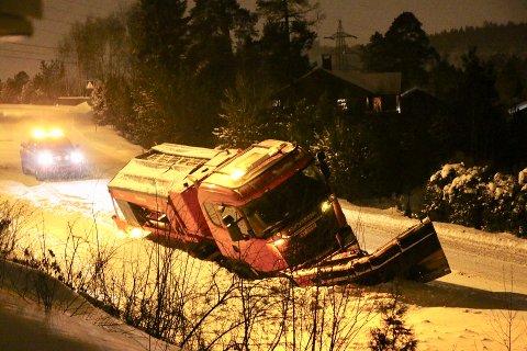 Kommunens brøytebil havnet i grøfta på Brattås.