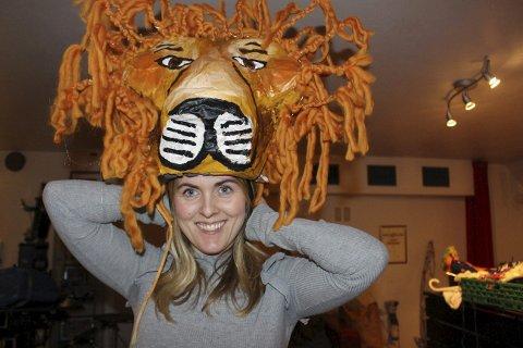 LØVEFLOKKEN: Camilla Engebretsen jobber i kostymegruppa med foreldre i Brevik Barne- og Ungdomsteater. Her viser hun hvordan selveste Løvenes konge skal komme til å se ut på scenen. Kostymegruppa lager både løver, apekatter hyener og flodhester.