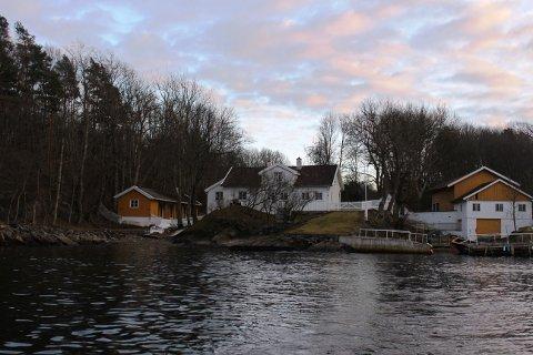 IDYLL: Hovedhuset skimtes på vidt fra sjøen på sydvestlig side. Noe ved synet av gårdsområdet gjør øya mystisk og utilnærmelig. Foto: Vivi Sævik