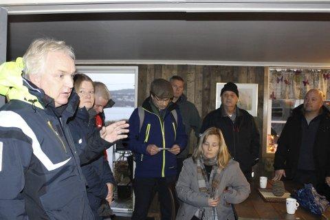 BEFARING: Utvalgsleder Trond Ingebretsen og de andre politikerne i Utvalg for miljø og byutvikling var på befaring inne i den stengte bistroen som ekteparet Vivi-Ann og Tormod Eek kjemper for å få dispensasjon for bruksendring av kjelleren til. Beboere på Sandøya var med.