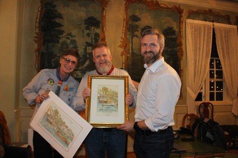Styreleder Thor Kamfjord i Brevik vel tildelte Breviksprisen 2018 til speiderlederne Yngve Skreosen og Elisabeth Moe Skreosen.