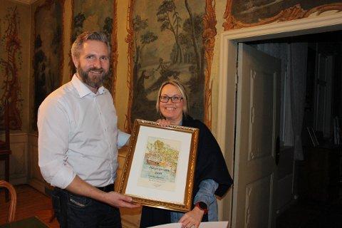 Styreleder Thor Kamfjord i Brevik vel overrakte Ildsjelprisen 2018 til Gry Johansen som representant for Julejentene som pyntet hele Brevik sentrum i advents- og juletiden i fjor.