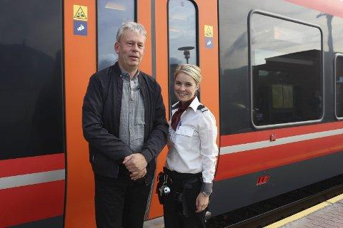 SOLID ØKNING: Jan-Erik Karlberg, driftssjef strekning NSB, er godt fornøyd med passasjerveksten på strekningen Porsgrunn-Larvik etter at den nye togtraseen åpnet i september. Her med konduktør Susanne Ydse.