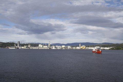 SKIP OG INDUSTRI: Kystverket har laget regelverk for oppankring av skip på Frierflaket mens de venter på å legge til kai ved Herøya Industripark eller Rafnes. Nå vil Miljødirektoratet at det undersøkes problematikken med at skipsaktiviteten virvler opp forurensning.