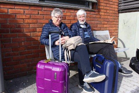 TRIVES I SPORET: Sigurd og Merethe Kokkersvold fra Brattås synes det er bedre å ta tog enn bilen. Fredag ventet de på 10.17-toget til Oslo.