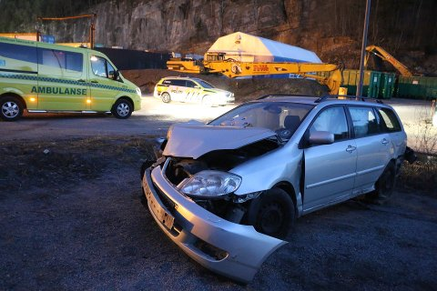 Bilen har store skader etter møtet med et tre.