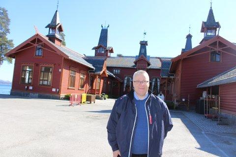 Bård Hoksrud vil at Bamble kommune kjøper Croftholmen av Telemark fylkeskommune. I hovedbygget kan private lage restaurant, foreslår Hoksrud. I internetbygget ved siden av, kan det bygges omsorgsleiligheter.