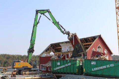 Losbygget på Søndre Dampskipskai er under riving og vil være jevnet med jorda i løpet av en ukes tid.
