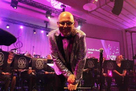 Dirigent Ketil Klingberg klarte balansegangen mellom å dirigere Stathelle Musikkorps og få musikantene til å følge de musikalske krumspringene til operasolistene Didrik Solli-Tangen og Stine Hole Ulla.
