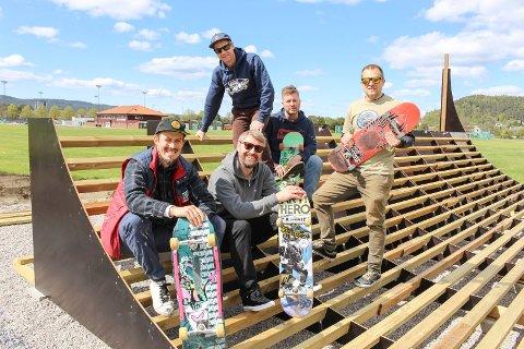 Fra venstre: Jon Harald Aspheim, Erik Friesl, Marius Flatin, Ole Thomas Tobiassen og Einar Thiis-Evensen i Grenland skateboardklubb.