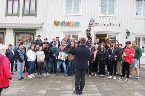 Spontankonsert på Langesund Torg lørdag morgen 18. mai. Langesund Mandssangforening tok imot Minot State University Choir fra USA.