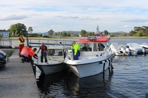 Her er Bjørn Jansen med båten blitt slept i land av politibåten ved brygga på Barfod i Langesund etter to timer med dramatikk.