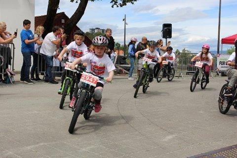 Ungene freste forbi rådhuset og gjennom parken under Tour of Norway for kids.