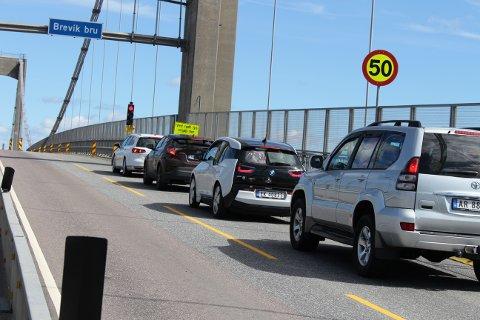 Det er innført lysregulering på Breviksbrua, og da er det stans i trafikken en av kjøreretningene når det røde lyset er på.