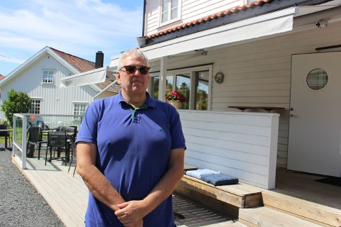 – Vi har mye folk på besøk hele sommeren, både til matservering i restauranten og til intimkonserter og lunsjbesøk, sier Stein Åge Hære som er driftsansvarlig og medeier i Havparadiset Hafsund, det gamle vertshuset på Kjønnøya i Bamble.