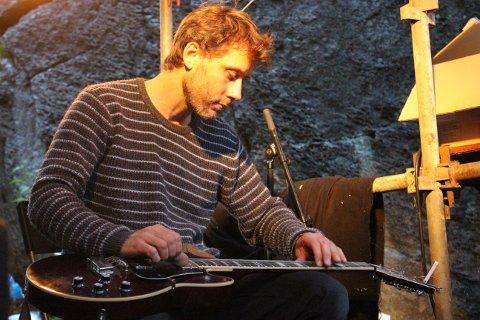 Jarl Einar Ottestad fra Horten er en av artistene - og musikken hans er aldeles nydelig.