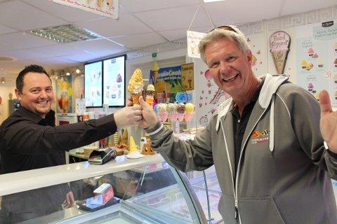 – Verdens beste softis, påstår kunden Ove som er på besøk hos Sam og Bobben i Langesund.