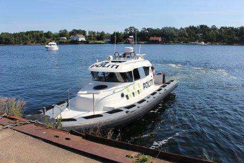 Politibåten stanset en kvinnelig båtfører i 40-årene i Langesund mandag. Hun hadde ikke gyldig sertifikat og kompetanse til å kjøre båten, sier politiet.