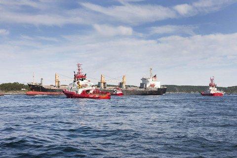 TREKKES AV SKJÆRET: Den 17. august 209 ble «Full City» trukket av grunn på Såstein og slept inn til Natokaia i Ekstrand. Slepebåter fra Buksér og Berging var med på operasjonen som ble ledet av et nederlandsk selskap. Skipet ble tømt for olje og vann, det ble vridd på og trukket av skjæret. 14. septembler ble skipet slept til Sverige. Foto: IUA.