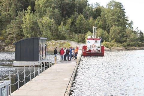 FLYTENDE: Dette toalettet på Olavsberget er for langt unna.  Dassen  Kattøya  Skjærgårdstjenesten