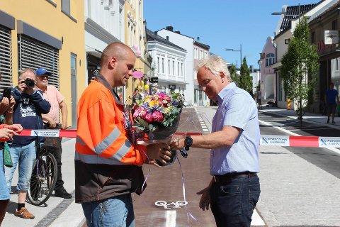 TAKKET: Trond Ingebretsen takket kommunens prosjektleder Bjørnar Andersen.