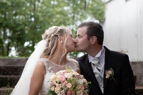 Brudeparet Catharina og Marius Simensen er lykkelige over å ha blitt ektepar. Men de er svært misfornøyde med gjennomføringen av bryllupsfesten på Langesund Bad.  Ved å bla med pilen til høyre midt i dette bildet, kan du se flere bilder til saken.