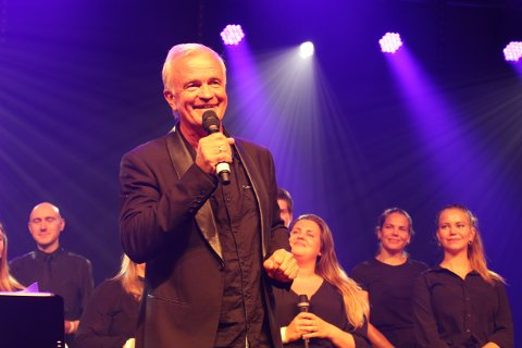 Skjærgårdssang tildelte Fyrlysprisen 2019 til kordirigenten og komponisten Martin Alfsen som dirigerer ungdomskoret Reflex. Bla med pilen til høyre midt på dette bildet, så ser du flere bilder knyttet til artikkelen.
