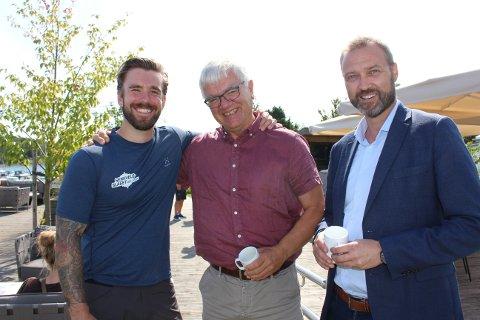 Senkvelds programleder Stian Blipp skryter av mottakelsen TV2-produksjonen har fått i Langesund. Her er han sammen med ordfører Hallgeir Kjeldal og rådmann Geir Bjelkemyr-Østvang som gleder seg til å se Senkveld-programmene fra 6. september